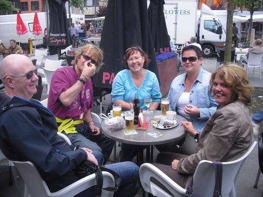 Her er gjengen på Cafe i beyn som har verdensrekord i Cafetetthet.